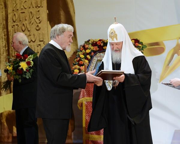 Патриарх Кирилл поздравляет Валентина Курбатова. Фото — patriarhia.ru